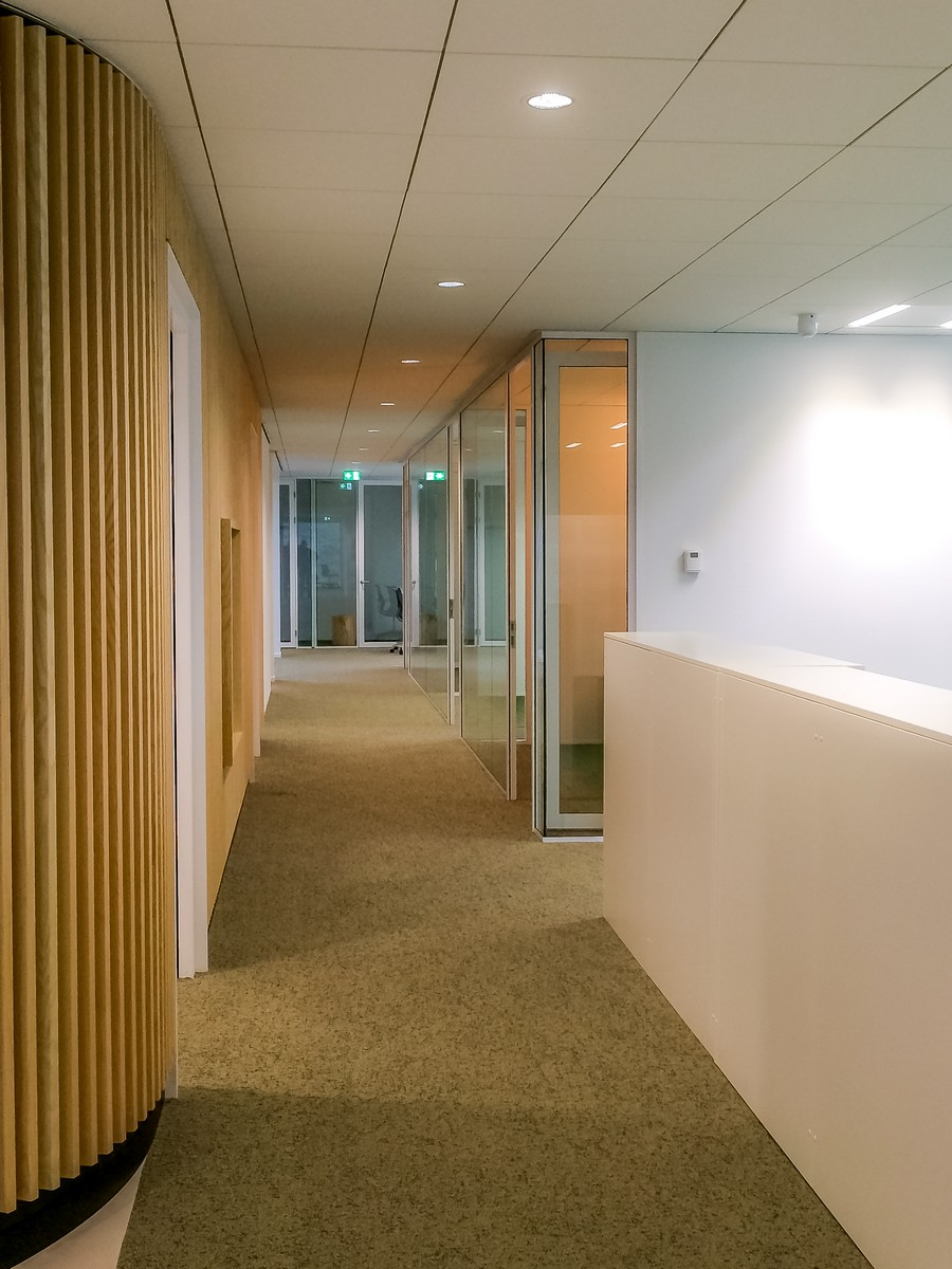 Corridor with IQ-Single glass wall system and framed doors