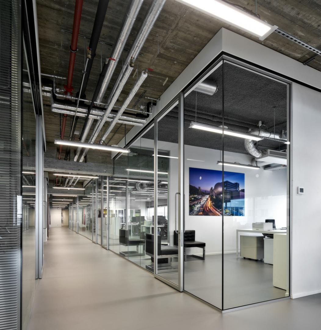 Corridor with offices on both sides with partition walls of QbiQ