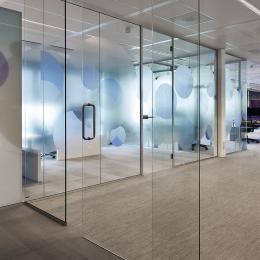 Full glass sliding door in al single glass system wall