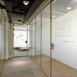 Corridor with on both sides single glass walls in AluGold frames