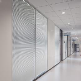Blinds between the glass in a partition with glass and steel panels