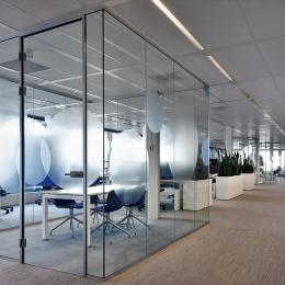 Full glass concentration workspace in a large office