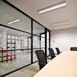 Double glass partition walls with horizontal dividing
