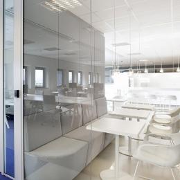 Seamless joined glass panels of a partitions wall