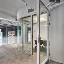 Curved glasss for round corners in a double glass partition wall