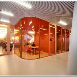Meeting room with curved glass partition walls of QbiQ