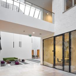 Dubbelglas systeemwand in de centrale hal