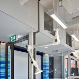 Single glass dividing wall