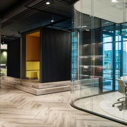 Glass partition with rounded corners at BDO The Hague