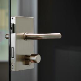 Vertical lock on a tampered glass door