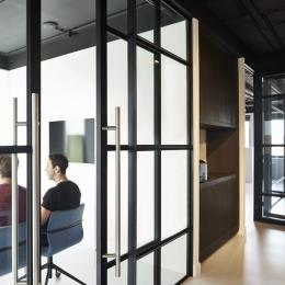Sliding door in a industrial look glass wall