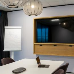 Meeting room with TV screen mounted on a closed partition iQ PRO Stud