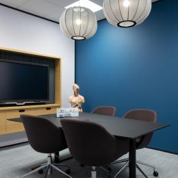 Small meeting room with TV screen mounted on a closed partition iQ PRo Stud