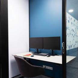 Small concentration room with glass partition