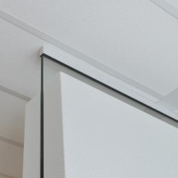 Ceiling with Single glass wall and acoustic panels on both sides of the glass
