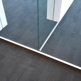 T-connection of single glass office walls with on each wall a acoustic panel