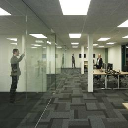 Single glass partition wall with zero-joint seam