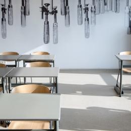 Gesloten systeemwand in klaslokaal