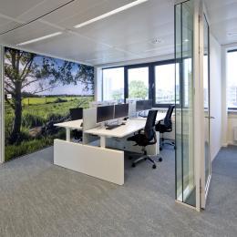Werkplekken met aan weerszijde spreekkamers met systeemwand met hoge geluidwaarden
