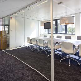 Vergaderkamer met glazen systeemwanden