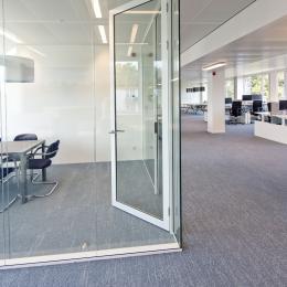 Spreekkamer met systeemwand van dubbelglas
