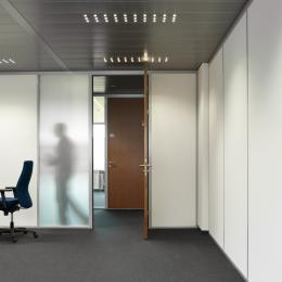 Partition wall in a combination of glass and plasterboard