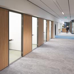 Concentration rooms with iQ-Pro closed partition with wood structure melamine panels