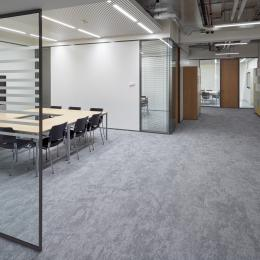 Meeting place with single glass partition with 0-joint seam