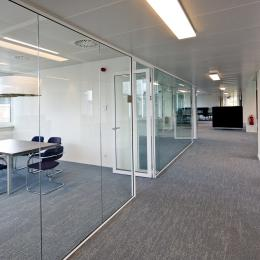 Speekkamer met glas- en gesloten wand
