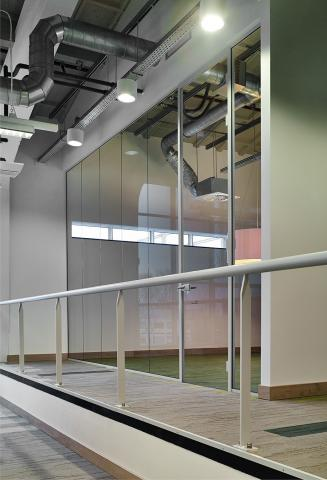 Office partitions walls made of single glass and aluminum mullions