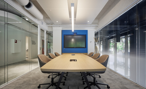 Conversation room with on both sides high acoustic glass walls