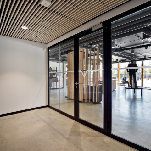 Fire-resistant wall with 0-joint between the glass panels