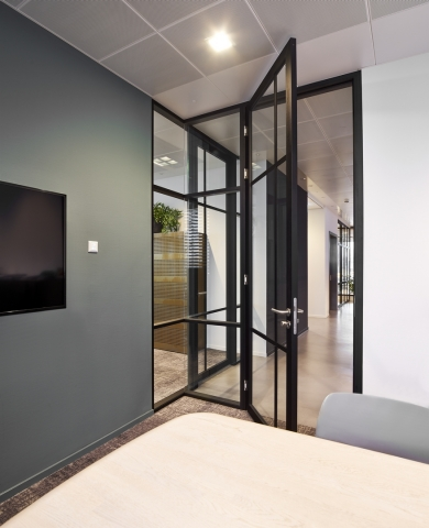 IQ-Pro double glass wall with vertical and horizontal grid