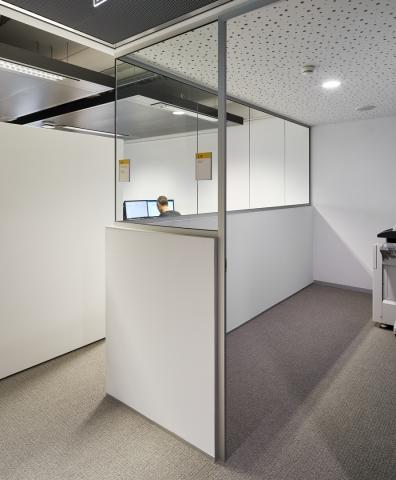 IQ-Single glass wal conbined with half closed wall