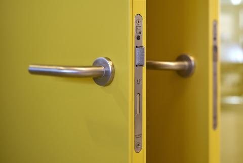 QbiQ lock in a steel door. The door frame is made of aluminum with a steel sheet added.