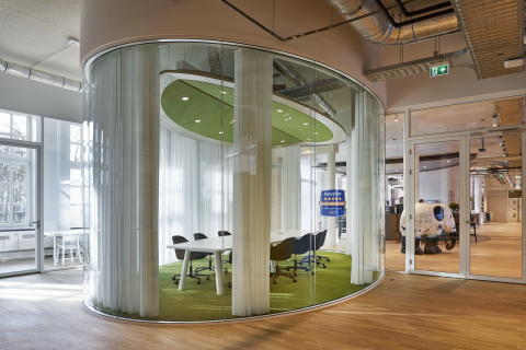 Oval conference office with high acoustic values