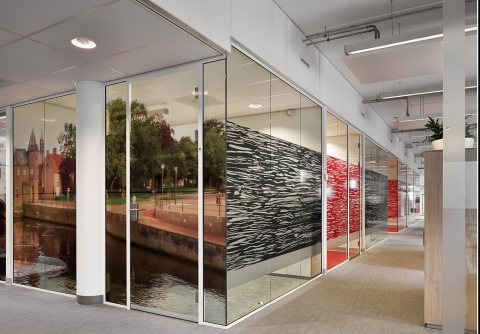 Demountable wall partitions made of single glass