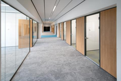 Corridor with concentration rooms on the right and meeting rooms on the left