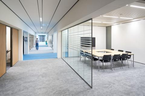 Open meeting place with single glass partition with 0-joint seam