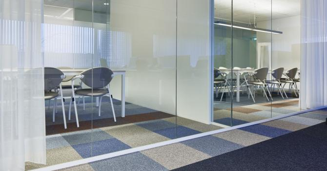 Single glass partition and closed wall